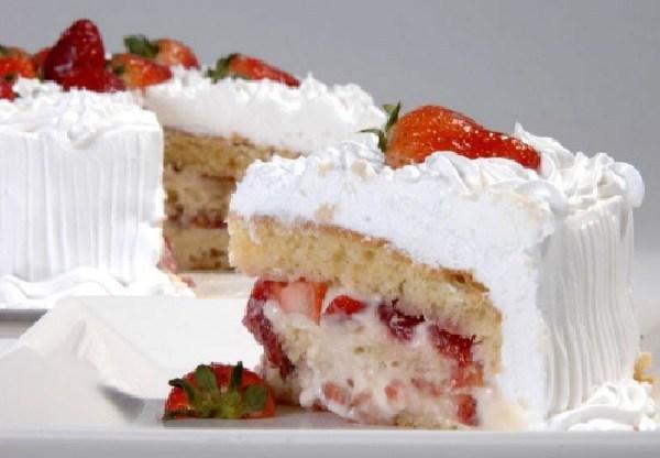 creme belga com morango 1 - 11 bolos deliciosos que você vai querer na sua mesa